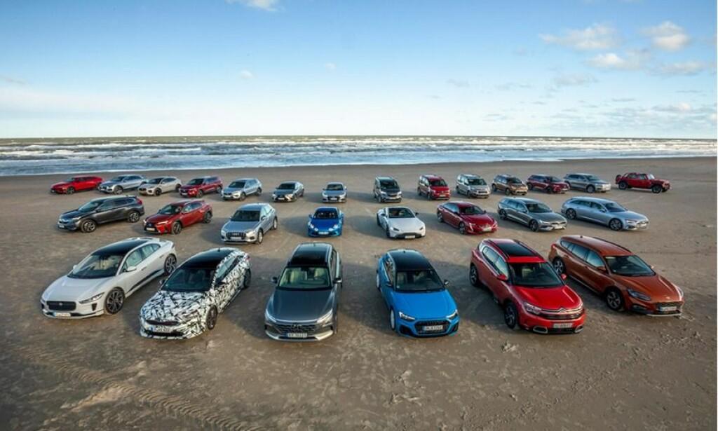 SPENNENDE BILER: På en strand syd for Skagen i Danmark står 28 av kandidatene til Car of The Year 2019 oppstilt for fotografering. Foto: Carsten Lemke.
