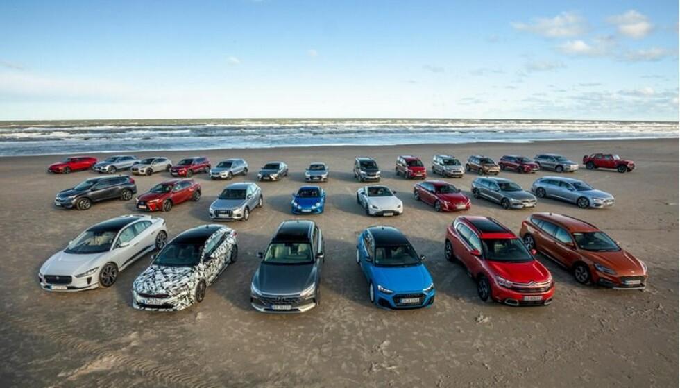 <strong>SPENNENDE BILER:</strong> På en strand syd for Skagen i Danmark står 28 av kandidatene til Car of The Year 2019 oppstilt for fotografering. Foto: Carsten Lemke.
