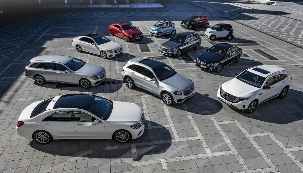 LADBAR OFFENSIV: Fra de små smart-bilene (bakerst) til den svære S-klassen (forrest), har Mercedes satt i gang sin stor-offensiv for alvor. Samtlige biler på bildet kan plugges inn. De ladbare hybridene har fått dobbel kapasitet i forhold til tidligere - og vi har prøvekjørt dem. Foto: Daimler