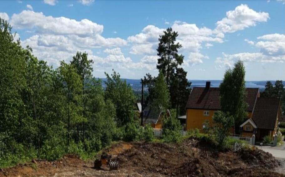FJORDGLØTT: I reklamen til Solon Eiendom for denne boligutbyggingen skulle det verken være et hus eller trær som skjulte fjordutsikten. Foto: Forbrukertilsynet.