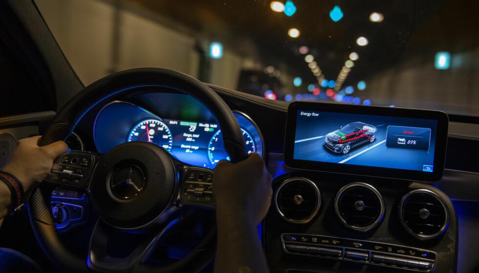 SIN EGEN STIL: C-klassen har fått en litt endret layout i dashbordet med facelift-en nylig, med en mer elegant, men fortsatt ikke integrert multimedieskjerm, der vi her følger med på energiflyten i hybriddrivlinjen. Denne er likevel mer elegant og har høy oppløsning. Foto: Daimler AG