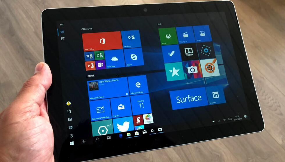 BRETT SOM KJØRER FULL WINDOWS 10: Microsoft Surface Go er den rimeligste Surface-modellen. 64 GB-versjonen koster fra det samme som iPad med 128 GB. Surface Go er imidlertid også en fullblods PC. Foto: Bjørn Eirik Loftås