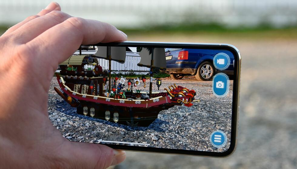 IMPONERENDE: iPhone Xs Max er et råskinn ytelsesmessig, og særlig AR-appene, der 3D-modeller settes på kameraebildet, roteres og beveges i sanntid er høyst imponerende. Her er Legos AR-app. Foto: Pål Joakim Pollen