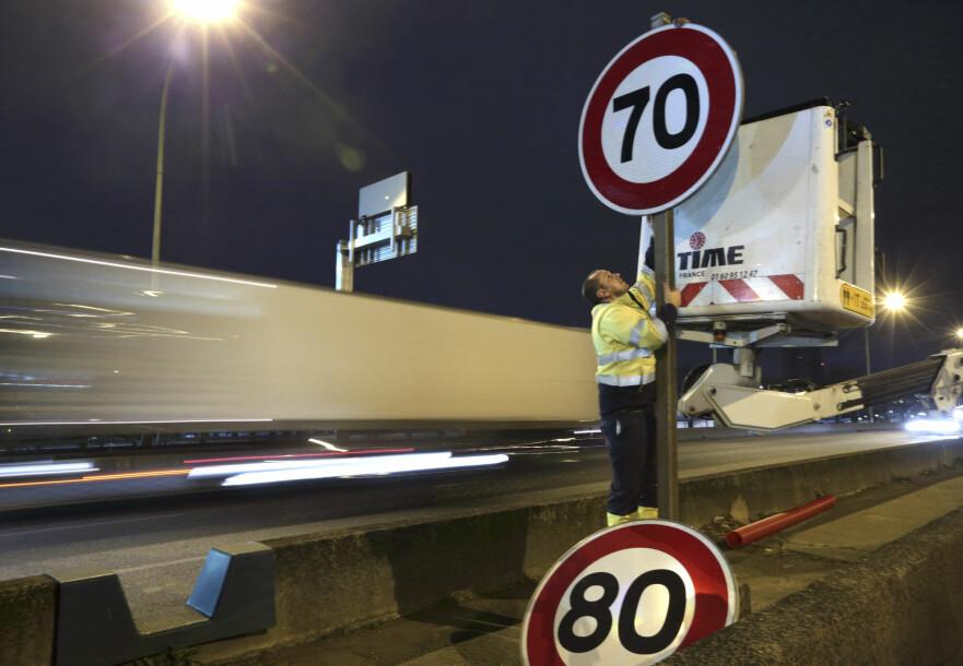 VIL SPARE LIV: Det vurderes å sette fartsgrensene på hovedvei fra 80 ned til 70. Bildet ble tatt da dette ble gjort på ringveien rundt Paris i 2014. Foto: Reuters/NTB Scanpix