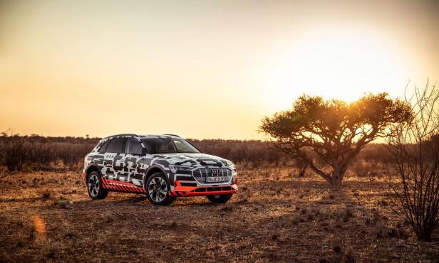 <strong>FORTSATT MASKERT:</strong> Selv om e-tron er blitt vist uten kamuflasje, var testbilene i Namibia fortsatt psykedelisk dekorert. Foto: Audi