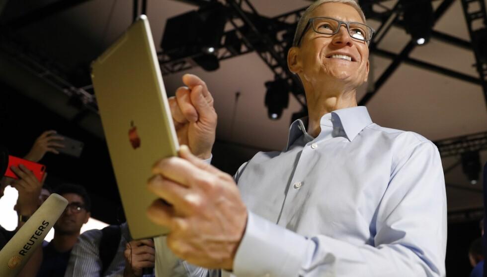 SIER FARVEL TIL HJEMKNAPPEN: Mye tyder på at Apple-sjef Tim Cook snart skroter hjemknappen på iPad, i hvert fall pro-modellen. Foto: Stephen Lam/Reuters/NTB Scanpix