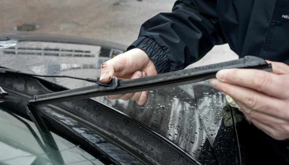 BYTTE VINDUSVISKERE: Er vindusviskerne over ett år gamle, kan det være på tide å bytte til nye. Foto: NTB Scanpix