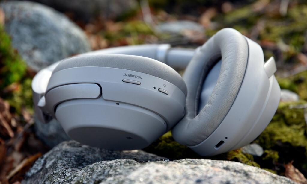 UTVIDER STØTTEN: Sony WH-1000XM3 er blant hodetelefonene med innebygd støtte for Google Assistant, og som nå skal kunne oversette samtaler på direkten. Foto: Pål Joakim Pollen