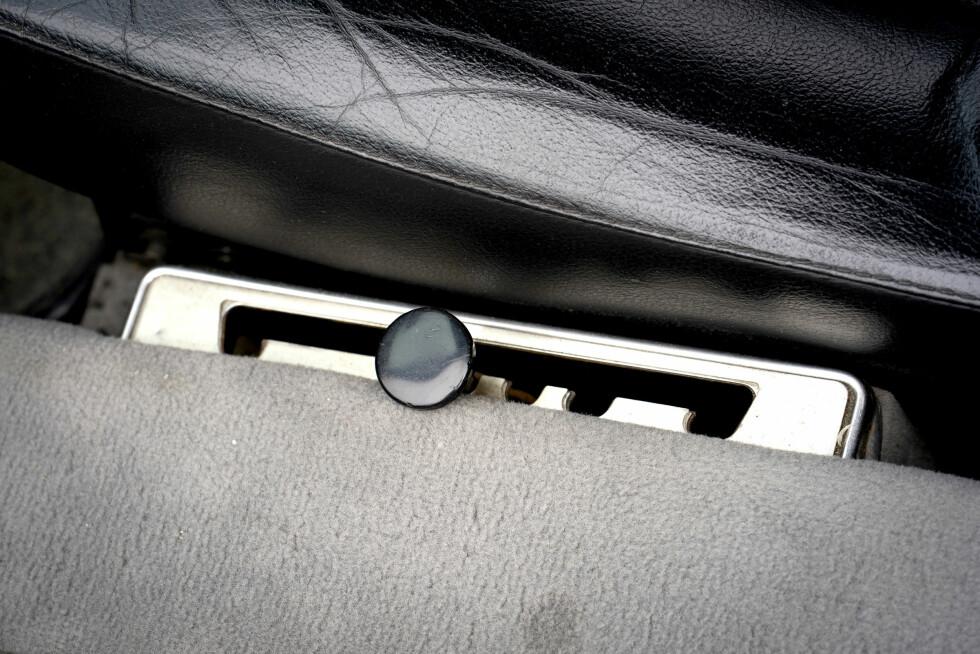 TAKEOFF: Ved siden av setet justeres kjørehøyden. Foto: Paal Kvamme