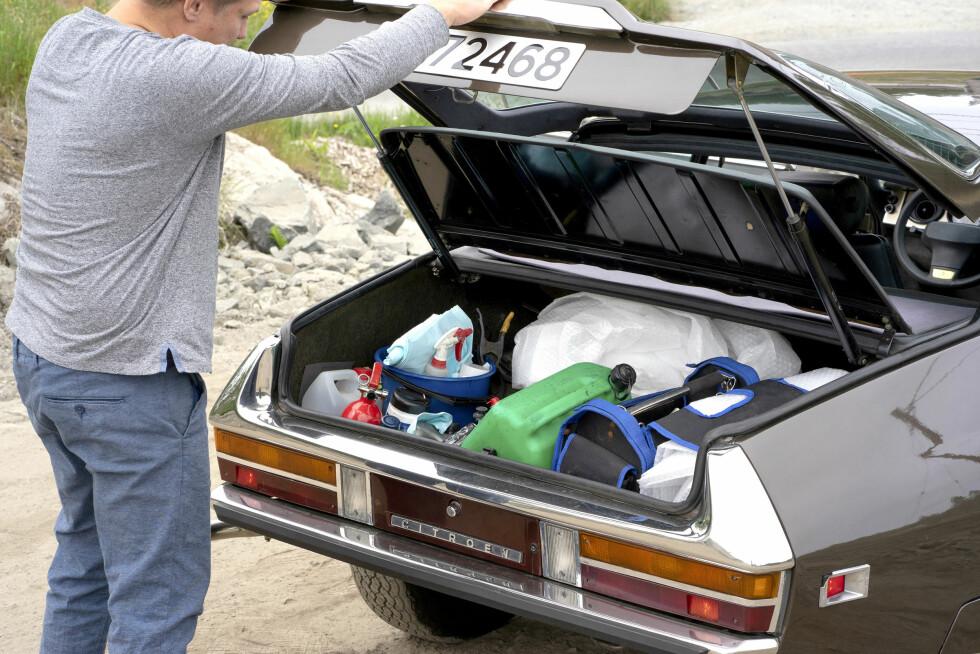 HELT FULLT: Bagasjerommet er fylt til randen av verktøy og hjelpemidler. Foto: Paal Kvamme