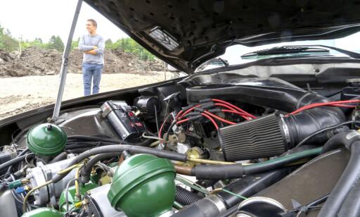 KAOS: Komplett kaos preger motorrommet. - Teknologien er en spennende utfordring. Kjekt å bruke hodet litt, synes Ørjan Nagelsen. Foto: Paal Kvamme