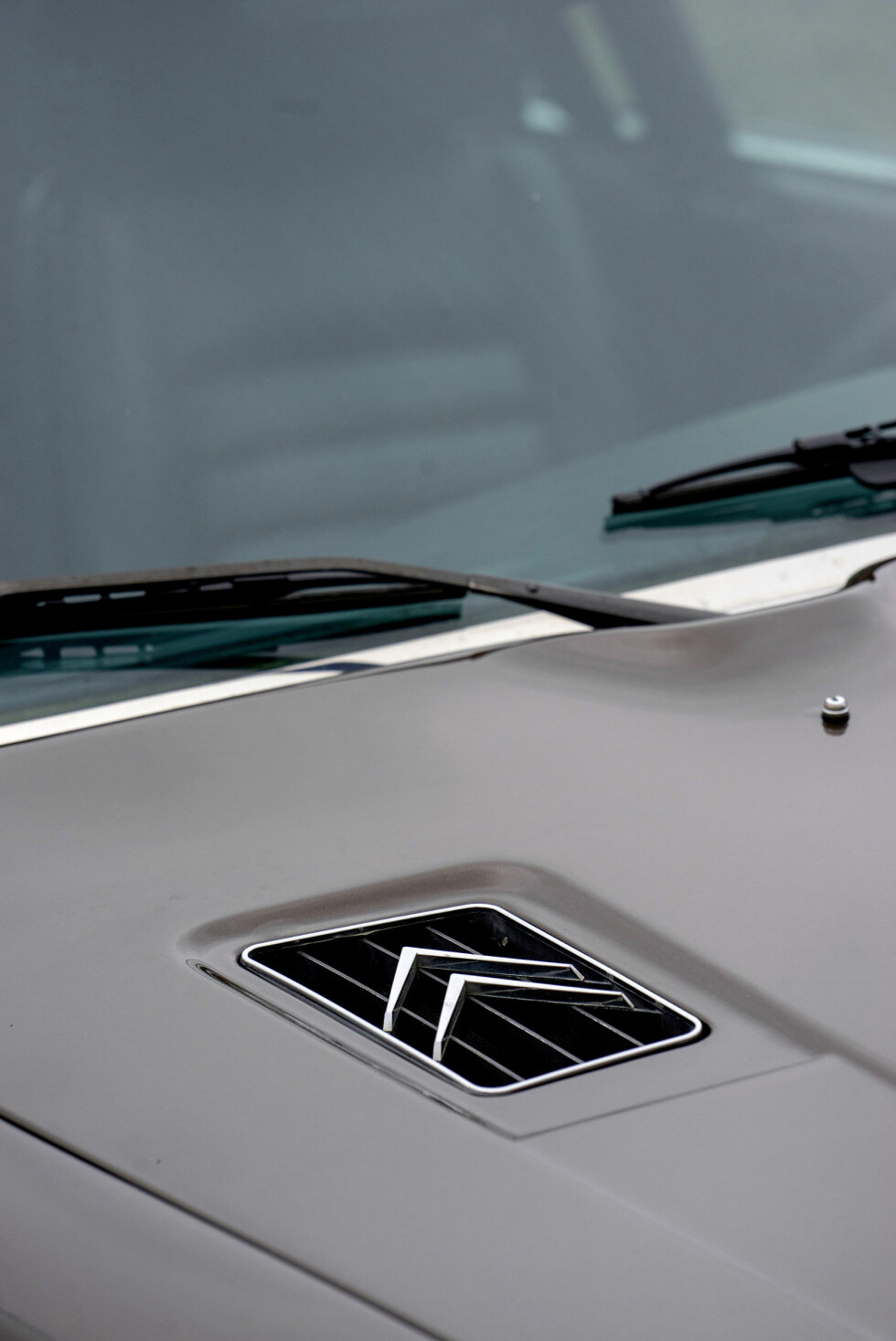 TANNHJUL: Elegang branding på panseret. Citroëns logo skal symbolisere et tannhjul. Foto: Paal Kvamme