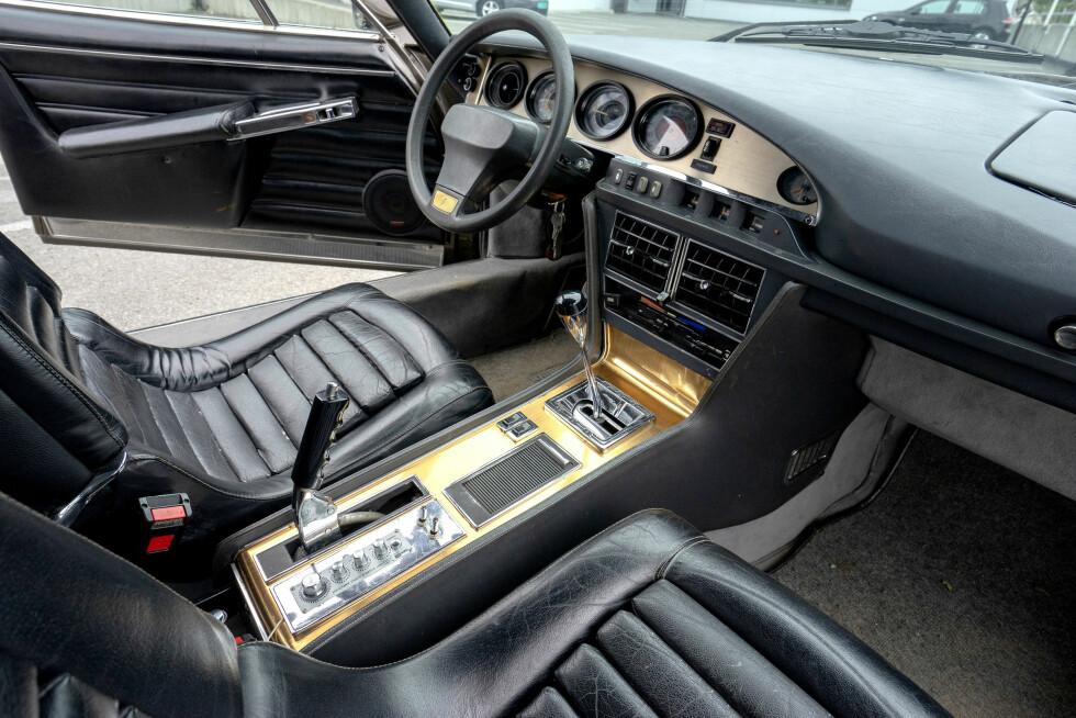 OVALT: Klassiske 60-talls skinnseter, og et dashbord med ovale former. I likhet med motoren er dashbordet identisk med med Maserati Merak. Foto: Paal Kvamme