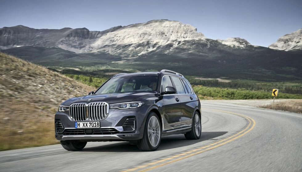 MAJESTETISK: X7 blir det desiderte flaggskipet blant BMW-SUV-ene og den vertikale nyregrillen - BMWs desidert største - markerer eksklusivitet ved å trekke tankene mot Rolls-Royce. Foto: BMW
