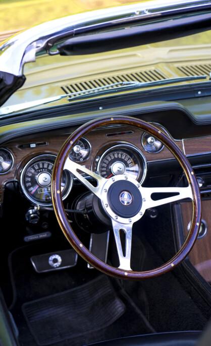 Kul detalj: Når døren på Jøran Dalens ´68 GT500 cabriolet åpnes, glir rattet vekk fra føreren for å gi enkel aksess. Foto: Paal Kvamme