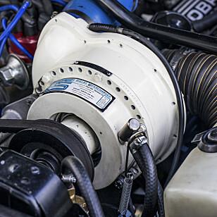 KRAFTPLUGG: Den hvite klumpen ser gjerne ut som en vaskemaskinmotor, men Paxton kompressor er  et sjeldent tilbehør til Shelby Mustang.