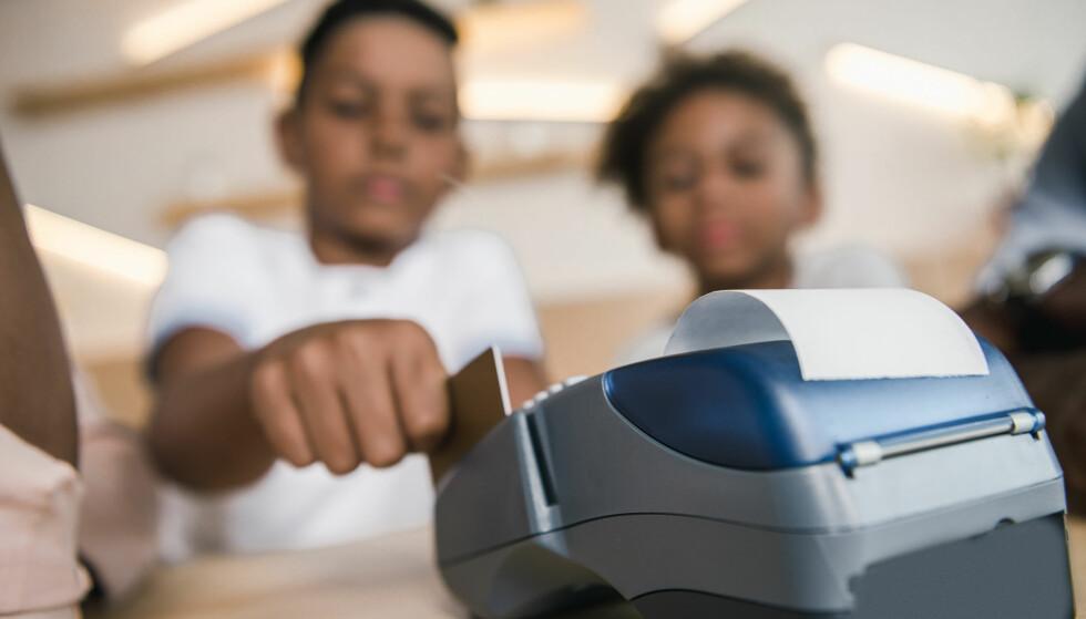 VENNEBETALING FOR BARN: Sparebank 1 lanserer snart vennebetaling for barn med en maksgrense på tusen kroner for fire dager. Hvordan påvirkes barnas økonomiske adferd av tilgang til eget bankkort og begrensningene banken og foreldrene gjør? Foto: Shuttestock/NTB Scanpix.