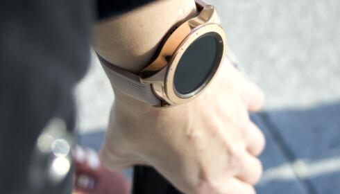 LEKKER: Nye Galaxy Watch i rosegull tar seg bra ut på armen. Foto: Kirsti Østvang