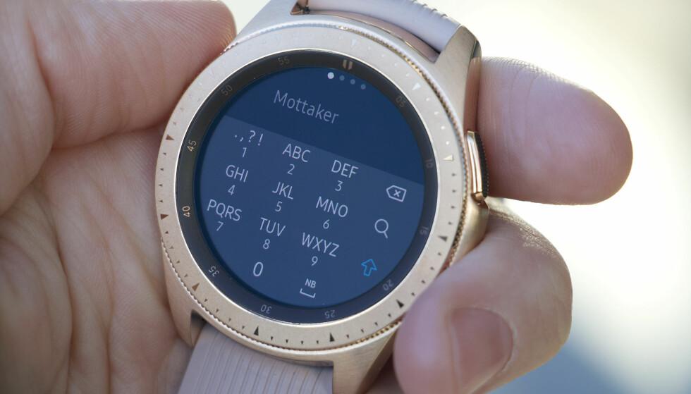 FRYKTELIG TASTATUR: Du får T9-tastatur når du skal skrive noe på Galaxy Watch. Det er både vanskelig å treffe tastene, i tillegg må du vente om du skal skrive samme bokstav flere ganger. Foto: Kirsti Østvang