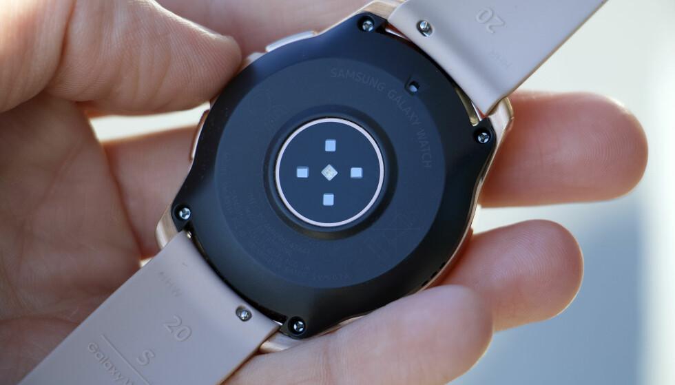 OPTISK PULSMÅLER: På undersiden av Galaxy Watch sitter pulsmåleren. Denne sørger for at vi kan se hva pulsen vår er gjennom en dagen, og i Samsungs Health-app kan vi se for eksempel trender over tid. Foto: Kirsti Østvang