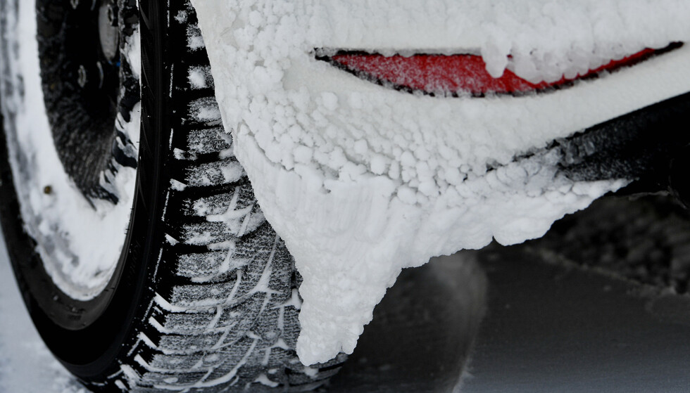GODT GREP: Is og snø er det vanskeligste du kan kjøre på. Kjøp heller nye dekk nå enn å satse på en vinter til med gamle, slitte. Foto: Lasse Allard