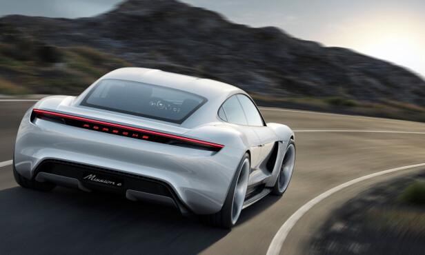 UMISKJENNELIG PORSCHE: Taycan vil, som Mission e, få designtrekk som minner om 911. Foto: Porsche