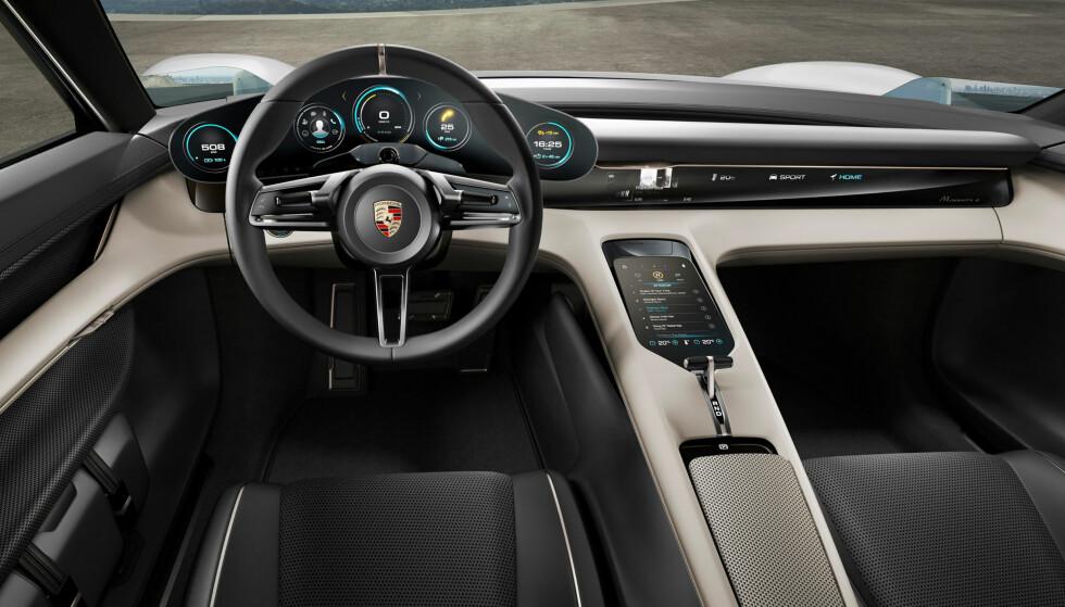 SPENNENDE: Slik ser førermiljøet ut i konseptbilen Mission e. Legg merke til at instrumentene har den Porsche-typiske layouten med rund fasong. Vi regner med at produksjonsbilen vil ha mye av stilelementene vi ser her. Foto: Porsche