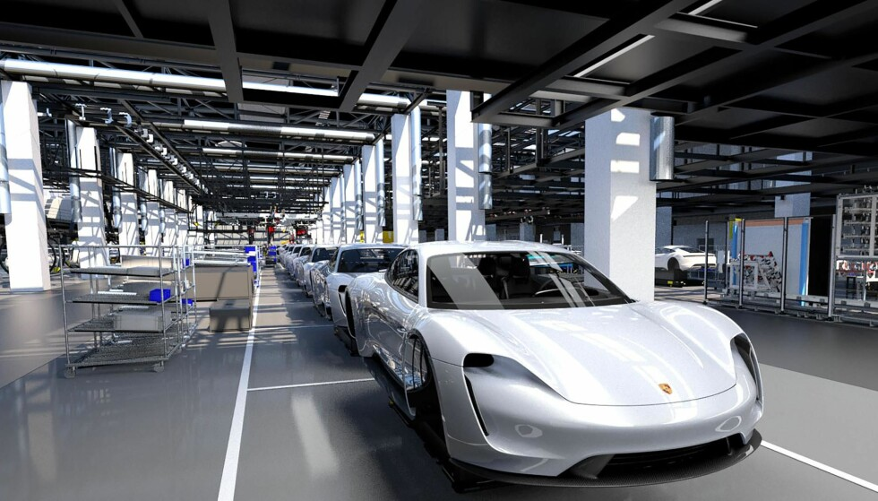 HER BYGGES DE FØRSTE: Elektriske Porsche Taycan bygges ved en «fabrikk i fabrikken», spesialkonstruert for elbilen. Porsche har investert 60 milliarder og ansatt 1200 personer for overgangen til «elektromobilitet», som åpenbart er svært viktig for bilprodusenten. Foto: Porsche