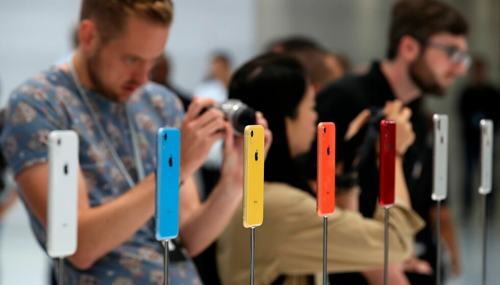 <strong>SEKS FARGEVARIANTER:</strong> iPhone Xʀ kommer i seks ulike farger og er 4.000 kroner rimeligere enn den dyreste iPhone-modellen. Foto: Justin Sullivan/Getty Images/NTB Scanpix