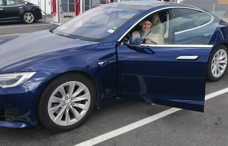 ØDELAGT BIL: Kathrine Sætre-Sveum måtte taue bilen til verksted etter å ha ladet på en Fortum ladestasjon. Her fra et ladestopp på en Tesla-stasjon før skaden. Foto: Privat