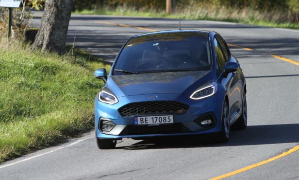 KJØREGLAD: Bra understell er Fords paradegren. Den er gøyal, men vi savner mer følelse fra styringen og er en smule ovverasket over at det trekker såpass i rattet. Foto: Rune M. Nesheim