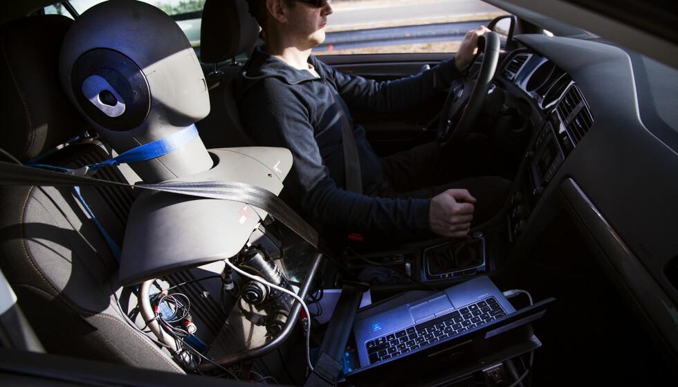 VÅR STØYTEST: Alle vinterdekkene i vår store test, er mål for støy inne i bilen. Forskjellene er store. Foto: Lasse Allard