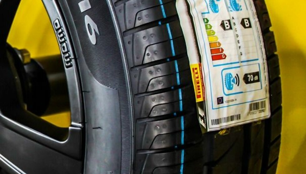 EU-MERKING: Resultatene som gjengis på dette EU-merket, forteller ikke sannheten om hvordan dekkene støyer på norsk asfalt. Foto: Pirelli