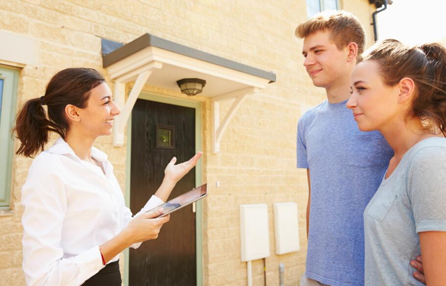 MEGLERHJELP: De fleste bruker eiendomsmegler når de selger bolig, men det går også an å selge uten megler. Foto: Shuttestock/NTB Scanpix.