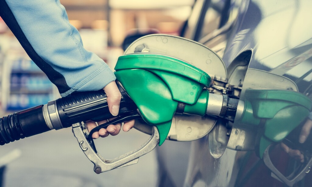 FEILFYLLING: Forsikringsselskapene sier at feilfyllinger gjerne er et problem i familier hvor det er flere biler. Konsekvensen er størst dersom du fyller bensin på en dieselbil. Foto: Shutterstock/NTB scanpix