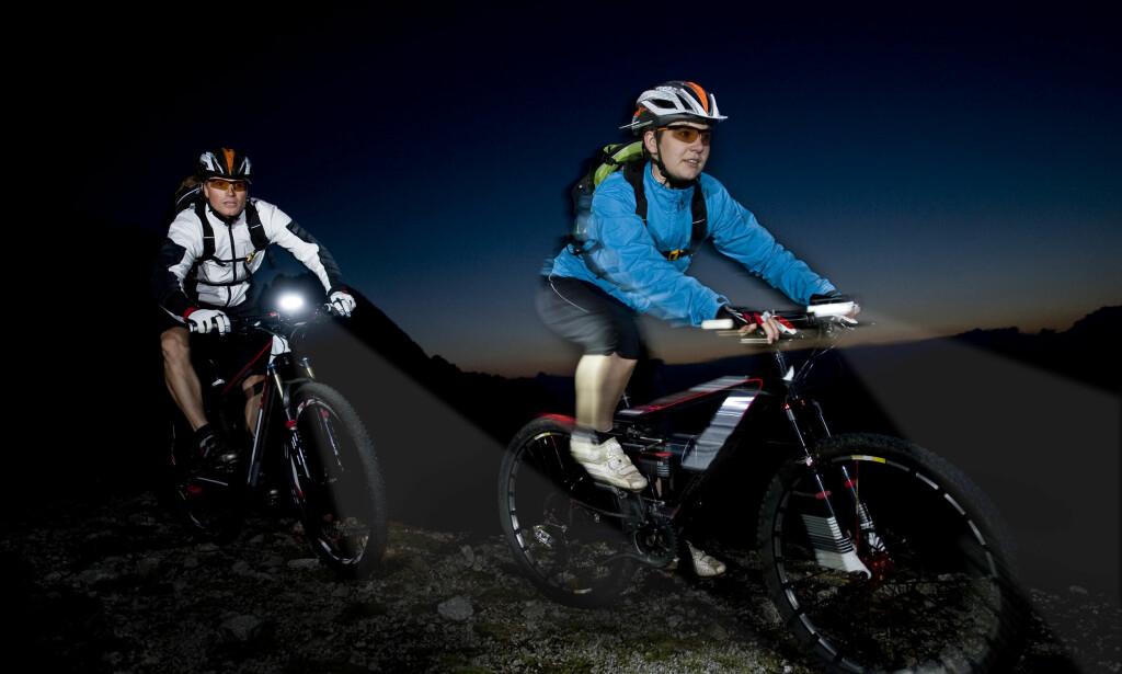 SYKKELLYKT: Tester avslører store forskjeller på sykkellykter. Noe som også er viktig, er at lykten sitter godt; hvis ikke kan du risikere at lykten kommer ut av posisjon og den kan blende medtrafikanter. Illustrasjonsfoto: Shutterstock/NTB scanpix