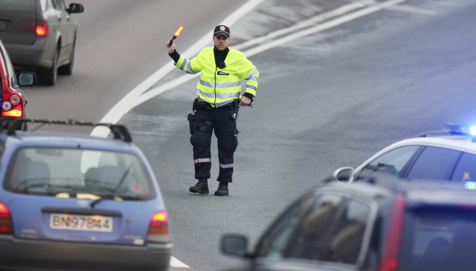 ER PÅ VAKT: I disse dager er politiet ekstra strenge med de som ikke har skrapet ruta for is eller har dårlige dekk på bilen. Foto: NTB Scanpix