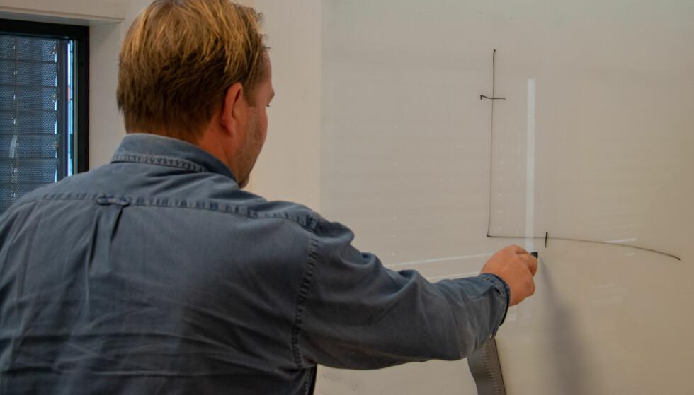 TEGNER OG FORKLARER: Thomas Sandaker savner mer innovasjon i mobilbransjen. Foto: Martin Kynningsrud Størbu