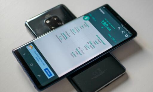 OMVENDT: I tillegg til å kunne lades trådløst selv, kan Mate 20 Pro lade andre enheter trådløst. Foto: Martin Kynnningsrud Størbu