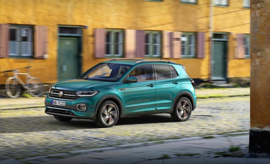 ER PÅ VEI: Den Polo-baserte SUV-en T-Cross blir femte SUV i VW-sortimentet her hos oss. Selv om det er gjort en designmessig innsats for å differensiere den, kan den til en viss grad se ut som en Tiguan i miniatyr. Foto: Volkswagen