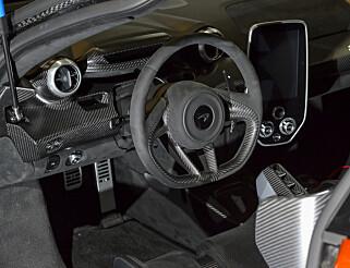 SPARTANSK: Interiøret er laget med tanke på banekjøring - ikke komfort. McLaren har imidlertid ikke spart på bruk av karbon. Foto: Jamieson Pothecary
