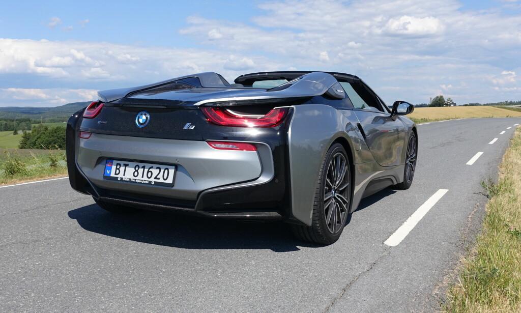 VEKKER OPPSIKT: BMW i8 ligner ikke på noe annet på veien. Da den ble lansert ble vi forbløffet over at den var så lik den futuristiske konseptbilen vi aldri trodde ville bli produsert. Og den åpne Roadster-utgaven (bildet), er minst like spektakulær som kupéen. Foto: Knut Moberg