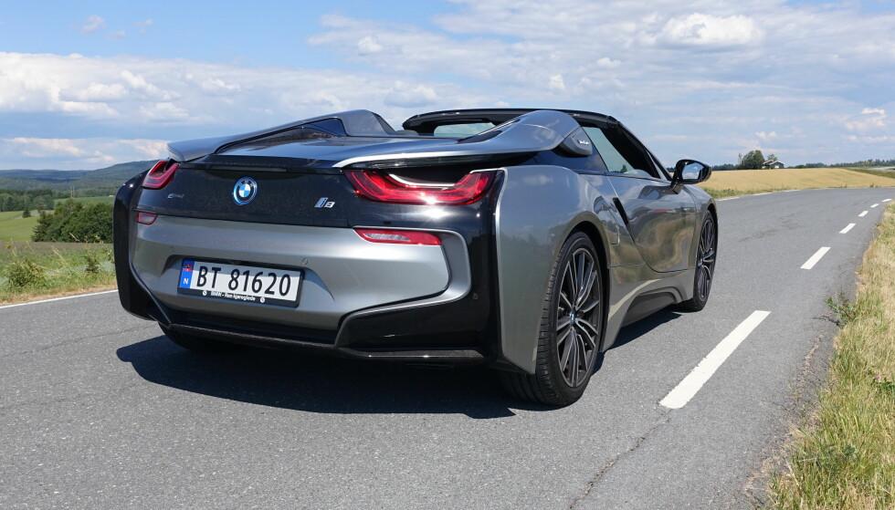 <strong>VEKKER OPPSIKT:</strong> BMW i8 ligner ikke på noe annet på veien. Da den ble lansert ble vi forbløffet over at den var så lik den futuristiske konseptbilen vi aldri trodde ville bli produsert. Og den åpne Roadster-utgaven (bildet), er minst like spektakulær som kupéen. Foto: Knut Moberg