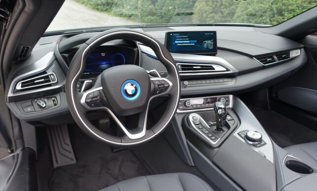 STANDARDVERSJON: «Batmobile»-inntrykket utenfra fortar seg noe i interiøret, som faktisk begynner å bære preg av aldring i forhold til det vi finner i de nyeste modellene fra BMW. Uten ekstrautstyr, som her, gir heller ikke materialene i førermiljøet helt eksklusive følelsen man kanskje forventer til over 1,5 mill. Foto: Knut Moberg