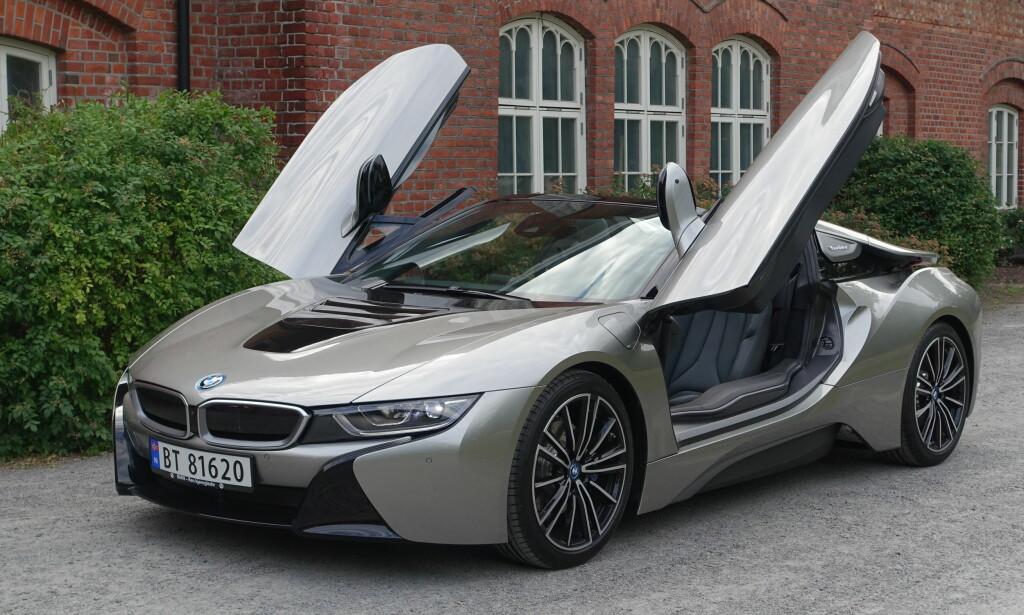 SAKSEDØRER: BMW har beholdt den spesielle dørløsningen på roadsteren - verken måkevinger eller falkevinger, men ganske store og massive dører som vipper skrått frem og opp. Ikke noe for folk med hofte-, kne- eller ryggtrøbbel... Foto: Knut Moberg