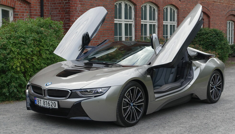 <strong>SAKSEDØRER:</strong> BMW har beholdt den spesielle dørløsningen på roadsteren - verken måkevinger eller falkevinger, men ganske store og massive dører som vipper skrått frem og opp. Ikke noe for folk med hofte-, kne- eller ryggtrøbbel... Foto: Knut Moberg