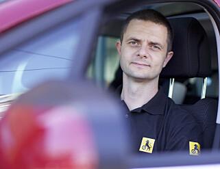 BILLIG ELBIL: – Bil en en stor utgiftspost i familiebudsjettet, men bor du sentralt så kan kjøp av elbil gjøre bilholdet betydelig billigere, sier Nils Sødal, kommunikasjonsrådgiver i NAF. Foto: NAF