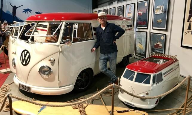 SURFIN' USA: Norwaii Longboard Volkswagen T2 eid av Kjetil Simonsen. Kjetil hadde først en liten radiostyrt T2 i 1:10. Så bygde han den andre i 1:2,4 før han tok fatt på den store. – Jeg skjønte ikke hvor dyrt det skulle bli. Jeg plukket den helt fra hverandre og har bygd den opp fra bunnen av. Jeg lagde først den lille, for da kunne jeg se hvordan den store skulle bli, forteller bilentusiast og grafisk designer Simonsen. Foto: Espen Stensrud
