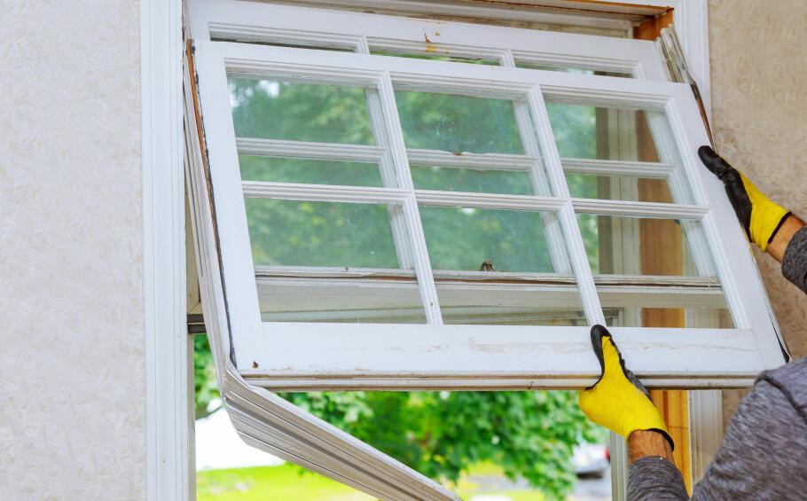 NYE VINDUER: Ved å bytte ut gamle vinduer og dører, kan du spare mye strøm. Foto: Shuttestock/NTB Scanpix.