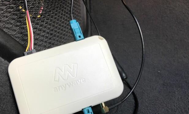 ENKEL MONTERING: Her er adapteren montert provisorisk, men viser hvordan den monters. Strøm, evt. strøm til , FM-antenne inn og ut, samt DAB-antenne inn. Kun antenneledningen til DAB trenger å trekkes. Alt annet finner du i dashbordet bak radioen, der du også legger denne boksen. Foto: Rune M. Nesheim